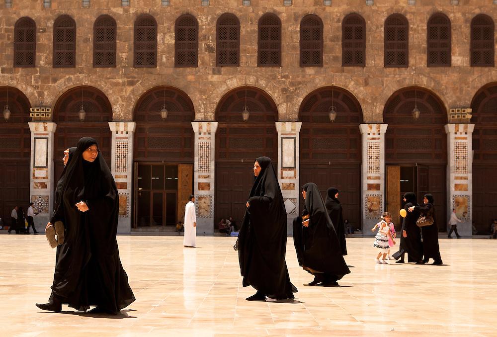 Women in Umayyades Mosque, Damascus, Syria. Femmes dans la Mosquée des Omeyyades, Damas, Syrie.