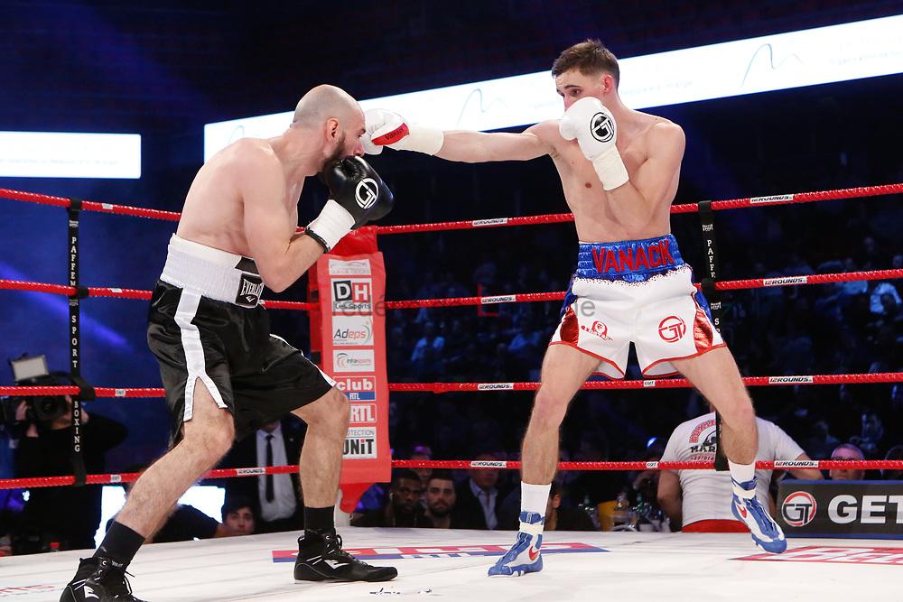 Combat Antoine Vanackère (ceinture bleue) – Petar Peric  lors du Gala de boxe Round 5 qui s'est déroulé à Charleroi (Spiroudome) le 16/12/2017.