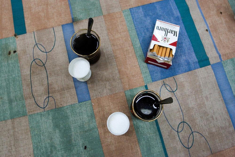 Coffee and cigarrettes on a table in a salon in Damascus (Syria).<br /> Caf&eacute; y tabaco, en una mesa de un sal&oacute;n de Damasco (Siria).