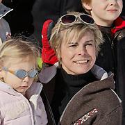 AUD/Lech/20110219 - Fotosessie Nederlandse Koninklijke Familie 2011 op wintersport in Lech, Laurentien en dochter Leonore