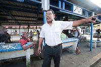 """El Parque de Los Aburridos, centro de entretenimiento y anécdotas, es un pequeño espacio ubicado en el barrio de El Chorrillo, en las cercanías de la calle que divide este corregimiento con el de Santa Ana. Este conocido lugar es el punto de reunión de decenas de panameños, en su mayoría personas de la tercera edad, quienes se dedican al juego de dominó a su mejor nivel, y a manera de distracción. El sitio ha servido de inspiración a artistas como Rubén Blades y Willie Colón, quienes en su álbum de 1981, donde surgieron éxitos como Madame Kalalú, Ligia Elena, El Telefonito, Tiburón, entre otros, lo denominaron """"Al solar de los aburridos"""", en homenaje a este humilde lugar. Victoria Murillo/Istmophoto.com"""