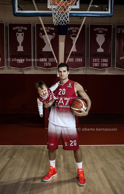 Milano, Andrea Cinciarini con il figlio