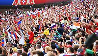 FUSSBALL  WM 2018  Achtelfinale  01.07.2018 Spanien - Russland Laola im Luschniki Stadion in Moskau, Fans jubeln