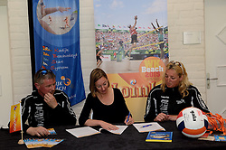 17-05-2014 NED: Nationaal Volleybalcongres, Amersfoort<br /> Met het thema Goud in handen zal het congres het platform voor kansdeling en uitwisseling zijn voor bestuurders / Rene, Joelle Staps en Deborah Schoon-Kadijk