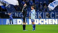"""18. September 2011: Gelsenkirchen, Veltins-Arena """"Auf Schalke"""": Fussball 1. Bundesliga, 6. Spieltag: FC Schalke 04 - FC Bayern Muenchen: Muenchens Torwart Manuel Neuer (links) tauscht nach dem Spiel mit seinem Schalker Nachfolger Ralf Faehrmann das Trikot (1/4)."""