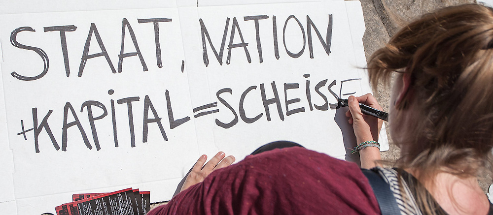 13.06.2015, Telfs, AUT, Demonstration gegen die Bilderbergkonferenz, im Bild eine Demonstrantin beim Schreiben eines Plakats // a demonsrant preparing during a demonstration agiainst the bilderberg group in Telfs, Austria on 2015/06/13. EXPA Pictures © 2015, PhotoCredit: EXPA/ Jakob Gruber
