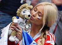 FUSSBALL  WM 2018  Achtelfinale  01.07.2018 Spanien - Russland Ein Fan mit WM-Maskottchen Zabivaka im Luschniki Stadion in Moskau