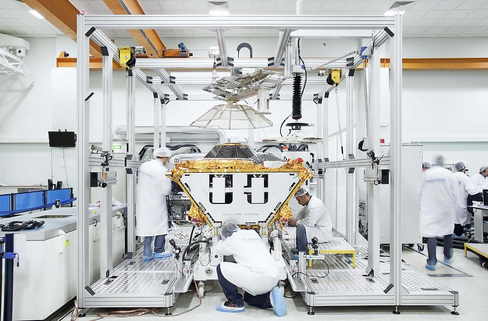 Tecnici al lavoro su un satellite Globastar II<br /> <br /> Technicians working on a satellite Globalstar II