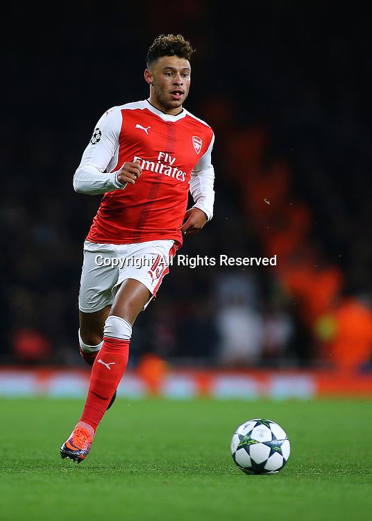 23.11.2016. Emirates Stadium, London, England. UEFA Champions League Football. Arsenal versus Paris Saint Germain. Arsenal's Alex Oxlade-Chamberlain brings the ball forward