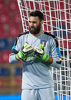 FUSSBALL INTERNATIONAL  Testspiel   Italien - Rumaenien        17.11.2015 Torwart Salvatore Sirigu (Italien) mit Ball