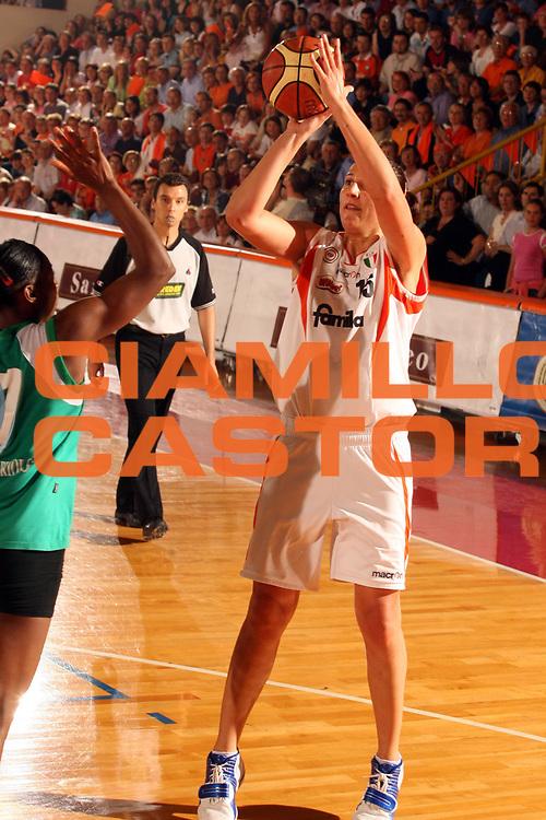 DESCRIZIONE : Schio Lega A1 Femminile 2005-06 Finale Scudetto Gara 5 Famila Schio Acer Priolo <br />GIOCATORE : Ciampoli<br />SQUADRA : Famila Schio<br />EVENTO : Campionato Lega A1 Femminile Finale Scudetto Gara 5 2005-2006 <br />GARA : Famila Schio Acer Priolo <br />DATA : 17/05/2006 <br />CATEGORIA : Tiro<br />SPORT : Pallacanestro <br />AUTORE : Agenzia Ciamillo-Castoria/G.Ciamillo