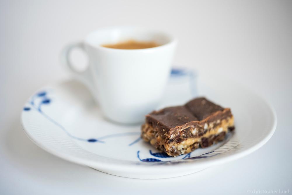 Espresso kaffi og kaka frá AALTO Bistro í Norræna Húsinu.