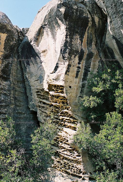 Ein felsen im aserbaidschanischen Gobustan mit den in der Region typischen Ausspülungen im Gestein. ..A rock at historical Gobustan site near Baku, Aserbaijan.