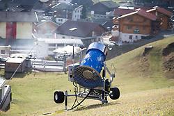 THEMENBILD - Kein Wintereinbruch, Seilbahner warten auf Schnee bzw. auf einen Temperatursturz. Bergbahnen, die das kommende Wochenende mit dem Pistenbetrieb loslegen wollten, müssen noch warten, bis es kühler wird und damit eine Beschneiung möglich ist. Das könnte in der nächsten Woche der Fall sein. Hier im Bild als Illustration, einen Schneekanone steht am 28. November 2014, auf der Wiese im Bereich der Talstation de Baluspitzlift im Grossglocker Resort Kals Matrei in Kals am Grossglockner. EXPA Pictures © 2014, PhotoCredit: EXPA/ Johann Groder