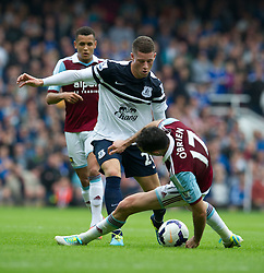 21.09.2013, Upton Park, London, ENG, Premier League, West Ham United vs FC Everton, 5. Runde, im Bild Everton's Ross Barkley, left, fights for the ball with West Ham United's Joey O'Brien during the English Premier League 5th round match between West Ham United FC and Everton FC at the Upton Park, London, Great Britain on 2013/09/21. EXPA Pictures © 2013, PhotoCredit: EXPA/ Propagandaphoto/ Alan Seymour<br /> <br /> ***** ATTENTION - OUT OF ENG, GBR, UK *****
