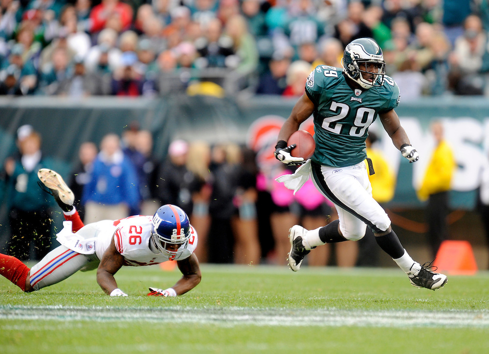 PHILADELPHIA - NOVEMBER 01: LeSean McCoy #29 of the Philadelphia Eagles rushes against the New York Giants on November 1, 2009 at Lincoln Financial Field in Philadelphia, Pennsylvania. The Eagles defeated the Giants 40 to 17(Photo by Rob Tringali) *** Local Caption *** LeSean McCoy