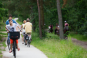 In de omgeving van Soest genieten mensen op de fiets van het mooie weer tijdens het Pinksterweekeinde.<br />