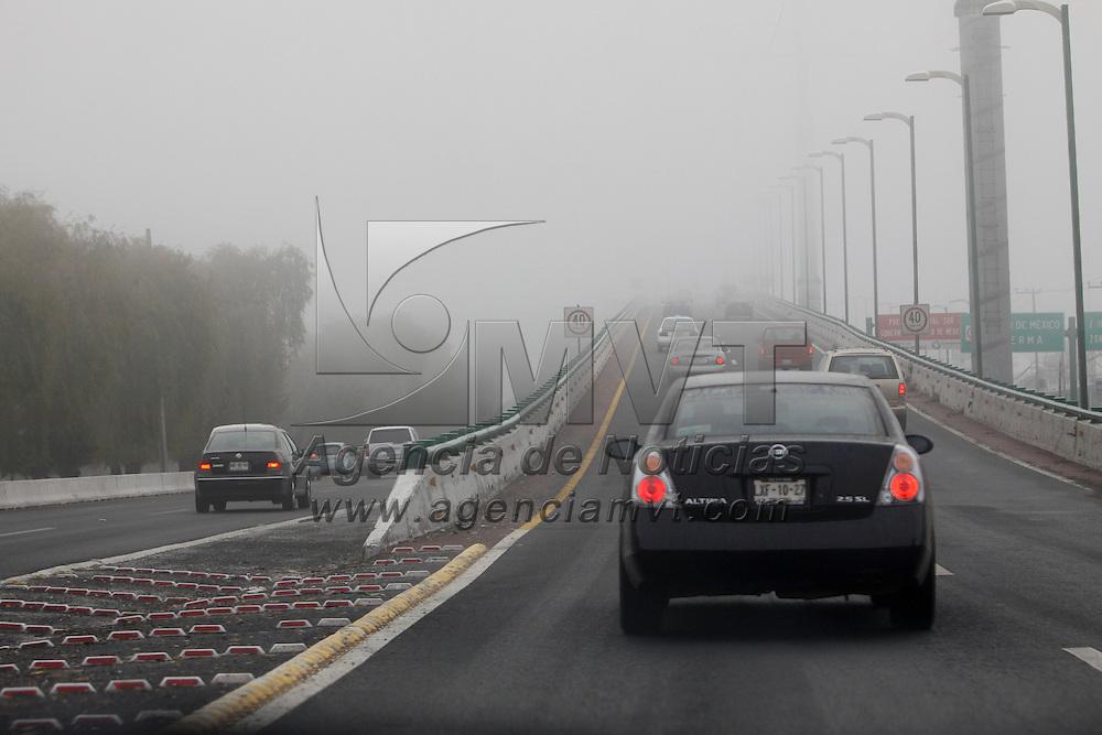 TOLUCA, México.- Un espeso banco de niebla se pudo observar esta mañana en los municipios de Toluca y Metepec, debido a las bajas temperaturas que se han registrado desde el fin de pasado fin de semana. Agencia MVT / Crisanta Espinosa. (DIGITAL)