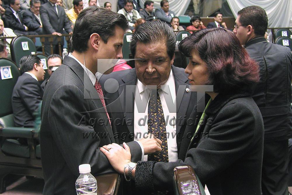 Toluca, M&eacute;x.- Los diputados del PRI Enrique Pe&ntilde;a Nieto y Martha Hilda Gonzalez conversan con el panista Angel Flores Guadarrama durante la primer sesion de la LV legislatura del Estado de Mexico. Agencia MVT / Hernan Vazquez E. (DIGITAL)<br /> <br /> NO ARCHIVAR - NO ARCHIVE