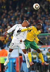 16.06.2010, Versfeld-Stadion, Pretoria, RSA, FIFA WM 2010, RSA, FIFA WM 2010, Südafrika vs Uruguay im Bild Reneylwe  Letsholonyane (Sudafrica) e Egidio Arevalo (Uruguay), EXPA Pictures © 2010, PhotoCredit: EXPA/ InsideFoto/ G. Perottino, ATTENTION! FOR AUSTRIA AND SLOVENIA ONLY!!! / SPORTIDA PHOTO AGENCY