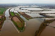 Nederland, Limburg, Gemeente Maasgouw, 15-11-2010; Hoogwater in de Maas met links de sluis van Osen (sluiscomplex Heel) die direct toegang geeft tot de Maas naar Roermond via de dubbelsluis van het Lateraalkanaal. De kleinere sluis (r) geeft toegang tot de Maas naar Roermond. Voor schepen naar het noorden biedt het kanaal een kortere en snellere route dan de oorspronkelijke Maasroute. De aanleg van het sluiscomplex zorgde er voor dat een enorme bocht in de Maas afgesneden kon worden (de Lus van Linne). Onder in beeld de Stuw van Linne, met waterkrachtcentrale naast de stuw. Links van de stuw de Overlaat van Linne (l) met een oude Maasarm. .Rising water at river Meuse, with lock complex at Heel with double-lock for the Lateral canal (l). For ships to the north, the channel offers a shorter and faster route than the original Maasroute. The construction of the lock complex cut of a huge bend in the Meuse(the Loop of Linne). .At the bottom Linne Spillway with hydroelectric plant (r) and Linne Spillway with an old branch of river Meuse. .luchtfoto (toeslag), aerial photo (additional fee required).foto/photo Siebe Swart