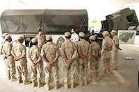 10 DEC 2004, ABU DHABI/UNITED ARAB EMIRATES:<br /> Ein Soldat des Ausbildungskommandos der Bundeswehr fuer irakische Soldaten erklaert technische Details eines LKWs, bei Abu Dhabi<br /> IMAGE: 20041210-01-011<br /> KEYWORDS: Reise, Vereinigte Arabische Emirate, VAE, UAE