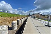 Nederland, Streefkerk, 30-3-2016 Achter de Lekdijk, die onvoldoende bestand bleek tegen heel veel water, wordt her en der een verzwaring aangebracht om de stabiliteit te garanderen. Op verschillende plekken worden verschillende technieken toegepast. Veelal wordt de ijk aan de basis verstevigd en gestabiliseerd door diepe betonnen en stalen ankers in de grond, afgedekt met een grote betonnen rand. Om het kwelwater af te voeren zijn op verschillende stukken honderden buizen ingebracht die een horizontale drainage moeten opleveren . Ook wordt in dit dijkvak een klimaatdijk aangelegd . Foto: Flip Franssen