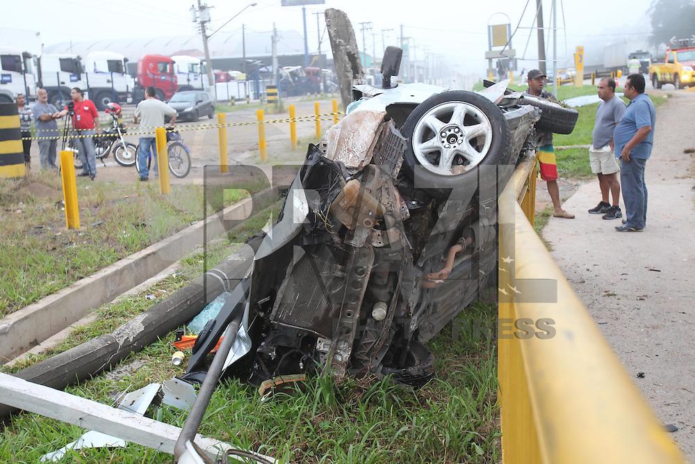 GUARULHOS, SP, 07/04/2013, Quatro pessoas morreram em um acidente na Rod. Dutra altura do km 206 no sentidode Sao Paulo por volta das 4:30 da madrugada. O motorista perdeu o controle e invadiu um ponteo de onibus, colidindo contra a mureta de protecao, com o impacto o veiculo decolou e voo por cerca de 20 metros. No veiculo haviam quatro ocupantes, tres deles faleceram no local, a quarta vitima era um trabalhador que foi atingido no ponto de onibus. a LUIZ GUARNIERI/  BRAZIL PHOTO PRESS.  LUIZ GUARNIERI/  BRAZIL PHOTO PRESS.