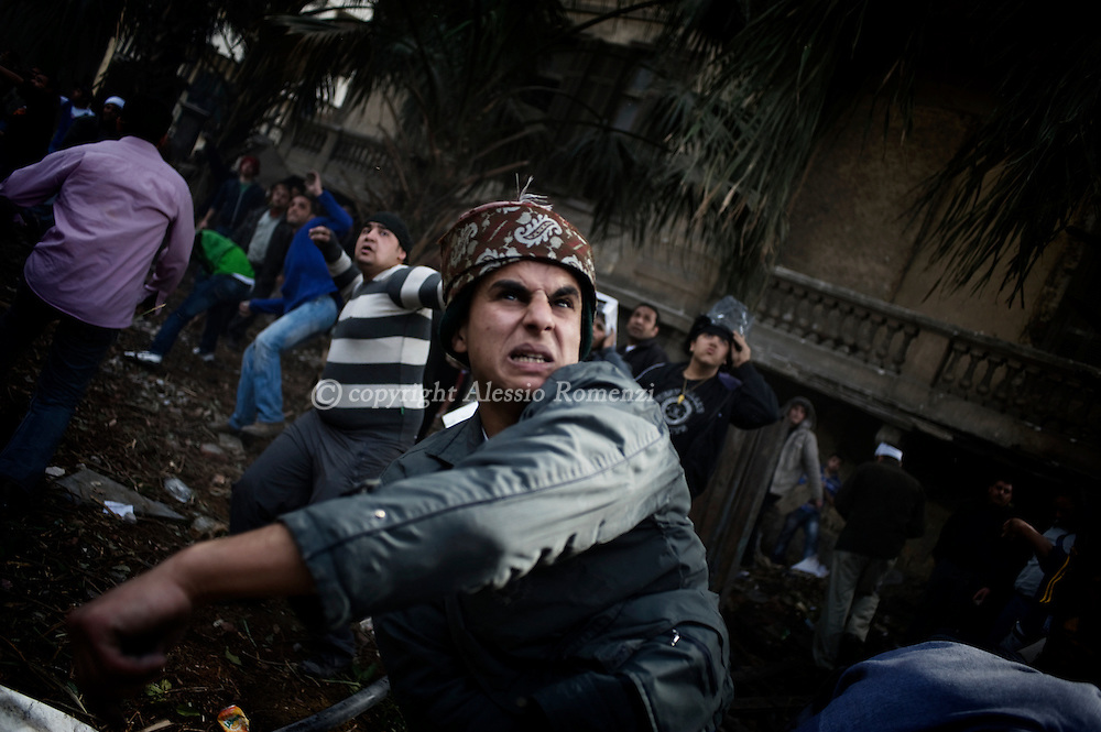 Clashes in a frontyard in Tahrir square in Cairo on February 3, 2010. © ALESSIO ROMENZI