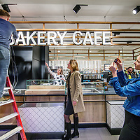 Nederland, Amsterdam, 22 februari 2017.<br /> Marit van Egmond directielid Albert Heijn in topteam Agri &amp; Food (midden) kijkt toe hoe de laatste hand wordt gelegd aan Bakery cafe van Albert Heijn, een soort van caf&eacute; restaurant binnen Albert Heijn aan het Gelderlandplein in Buitenveldert.<br /> <br /> Albert Heijn opent de komende maanden in tientallen supermarkten koffiecaf&eacute;s en restaurants waar de klant maaltijden meteen kan opeten.<br /> Het Amsterdamse Gelderlandplein heeft vrijdag de primeur, met de opening van de Deli Kitchen en het Bakery Caf&eacute;.<br /> <br /> <br /> Foto: Jean-Pierre Jans