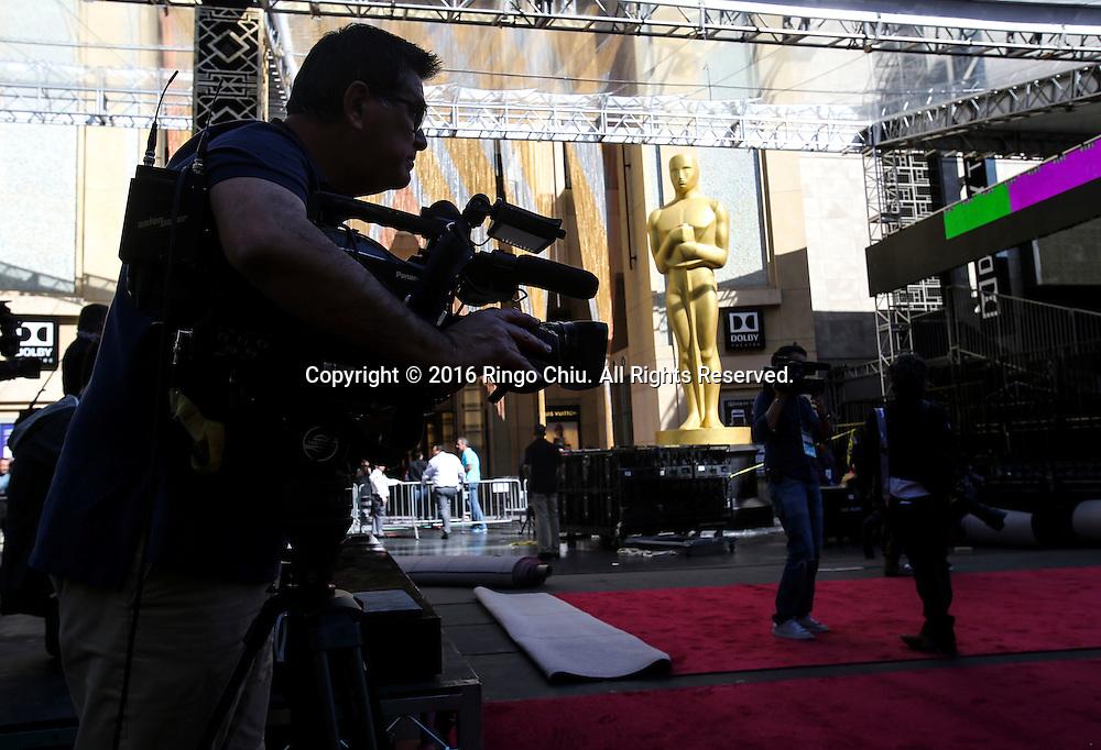 2月24日,在美国洛杉矶好莱坞,媒体成员在杜比剧院门口报导铺设红地毯。第88届奥斯卡颁奖典礼将于当地时间2月28日在好莱坞的杜比剧院举行。新华社发 (赵汉荣摄)<br /> Media members cover the preparation for the 88th Academy Awards in front of Dolby Theatre in Los Angeles, Wednesday, February 24, 2014. The Academy Awards will be held Sunday, February 28, 2014. (Xinhua/Zhao Hanrong)(Photo by Ringo Chiu/PHOTOFORMULA.com)<br /> <br /> Usage Notes: This content is intended for editorial use only. For other uses, additional clearances may be required.