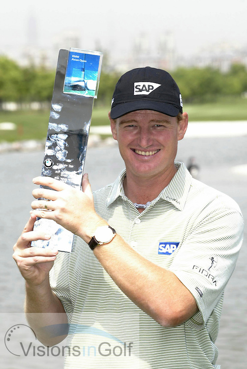 30 April 2005. Tomson Golf Club, Shanghai, China. Ernie Els with the BMW Asian Open trophy.<br />
