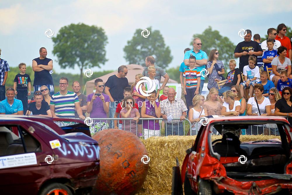 WAARDHUIZEN - Op het terrein van Iveco Schouten, aan de Waardhuizenseweg in Waardhuizen is tijdens het jaarlijkse feestweek weer een wedstrijd autovoetballen gehouden. De deelnemers rijden in oude auto's en proberen de bal bij de tegenstander tegen de hooibalen te drukken. FOTO LEVIN DEN BOER - PERSFOTO.NU