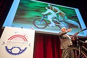 Kunstenaar Onno van Dokkum houdt een pleidooi voor een 'nationaal monument voor het fietsende schoolkind'. In Nijmegen wordt de internationale conferentie Velo City gehouden. Tijdens het meerdaags congres praten beleidsmedewerkers en de fietsindustrie over het gebruik van de fiets in het dagelijks leven. Daarnaast zijn er tal van fietsgerelateerde activiteiten.<br /> <br /> In Nijmegen the bike related congress Velo City 2017 is held. From all over the world people come to talk about the use of the bicycle as a way of transportation.