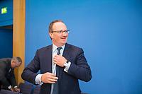 DEU, Deutschland, Germany, Berlin, 08.11.2017: Prof. Dr. Lars P. Feld in der Bundespressekonferenz zur Vorstellung des Jahresgutachten des Sachverständigenrates zur Begutachtung der gesamtwirtschaftlichen Entwicklung.