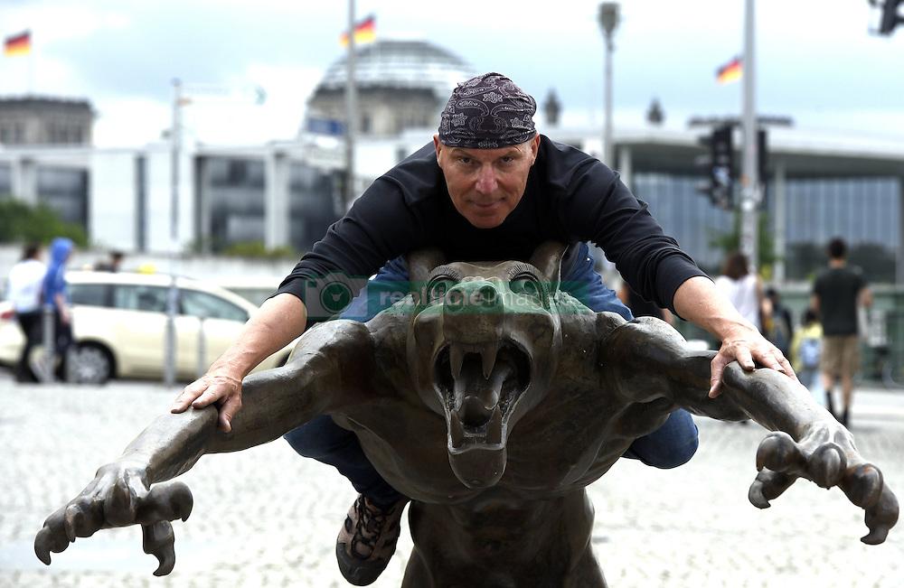 Kunstprojekt Die W&ouml;lfe sind zur&uuml;ck von Rainer Opolka wird vor dem Berliner Hauptbahnhof aufgebaut, hier der K&uuml;nstler beim Aufbau / 040816<br /> <br /> ***Rainer Opolka art project The Wolves are Back against hate and xenophobia is set up at Berlin Central Station, August 4rd, 2016***<br /> <br /> [Der K&uuml;nstler Rainer Opolka baut am Mittwoch den (04.08.16) seine Kunstaustellung &quot;Die W&ouml;lfe sind zur&uuml;ck?&quot; vor dem Berliner Hauptbahnhof auf &quot;Kunstausstellung gegen Hass und Gewalt. 66 Wolfe des Kunstlers Rainer Opolka zeigen was passiert, wenn in einer Gesellschaft Ordnung und Zusammenhalt zerbrechen und Hass sich ausbreitet Die Austellung wird am 05.08.16 um 18.00 er&ouml;ffnet und geht bis zum 16.08.16.]