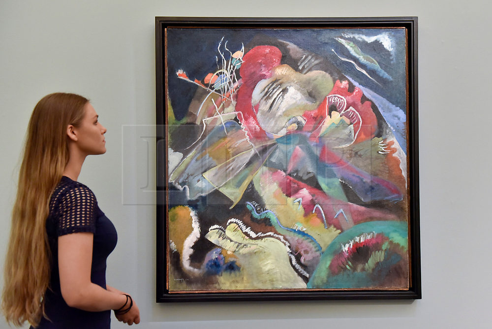 """© Licensed to London News Pictures. 15/06/2017. London, UK. A staff member views """"Bild mit weissen Linien"""", 1913, by Wassily Kandinsky (estimate on request).  Preview of Impressionist and Modern art sale, which will take place at Sotheby's New Bond Street on 21 June.  Photo credit : Stephen Chung/LNP"""