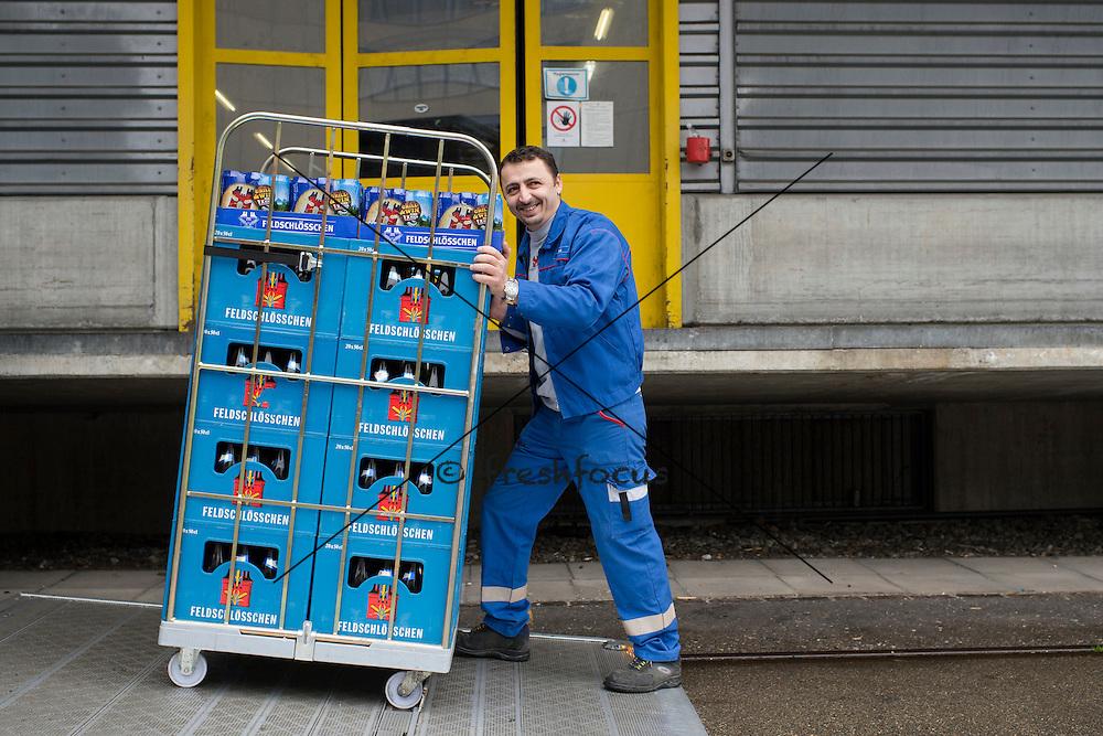 11.04.2013; Dietikon; Feldschloesschen - Logistikbroschuere: Jugi Gavrilovic beim Aufladen (Valeriano Di Domenico/freshfocus)