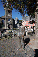 Bronze statue of man delivering groceries in front of the Red House in Monschau ..., Travel, lifestyle