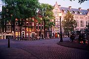 Grachtenbruggetje over Leliegracht en de Herengracht bij avond, Amsterdam.  © Holland Ektar serie