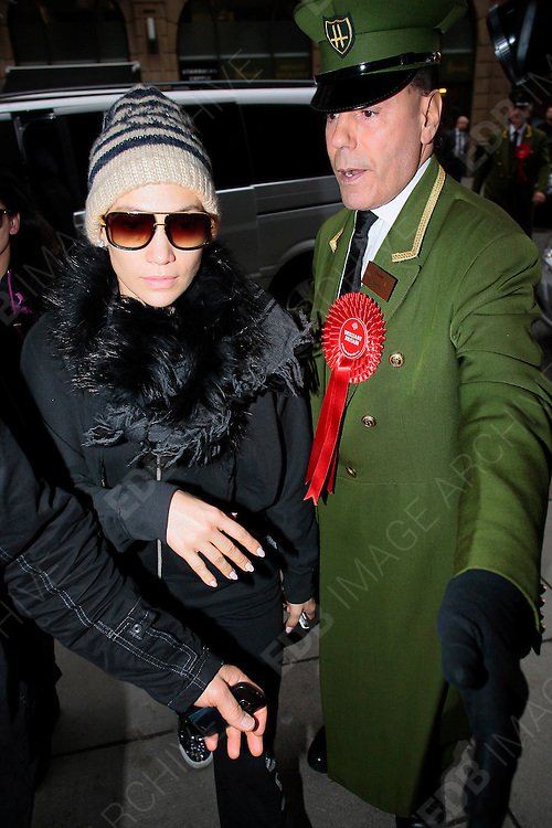 22.OCTOBER.2012. LONDON<br /> <br /> JENNIFER LOPEZ ARRIVING AT HARRODS IN KNIGHTSBRIDGE FOE A LITTLE SHOP BEFORE HER GIG TONIGHT AT THE O2.<br /> <br /> BYLINE: EDBIMAGEARCHIVE.CO.UK<br /> <br /> *THIS IMAGE IS STRICTLY FOR UK NEWSPAPERS AND MAGAZINES ONLY*<br /> *FOR WORLD WIDE SALES AND WEB USE PLEASE CONTACT EDBIMAGEARCHIVE - 0208 954 5968*