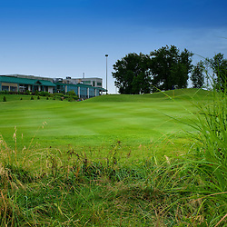 18ieme trou Golf Metropolitain Anjou, photo prise au début de l'approche du vert avec une vue sur le Pavillon.