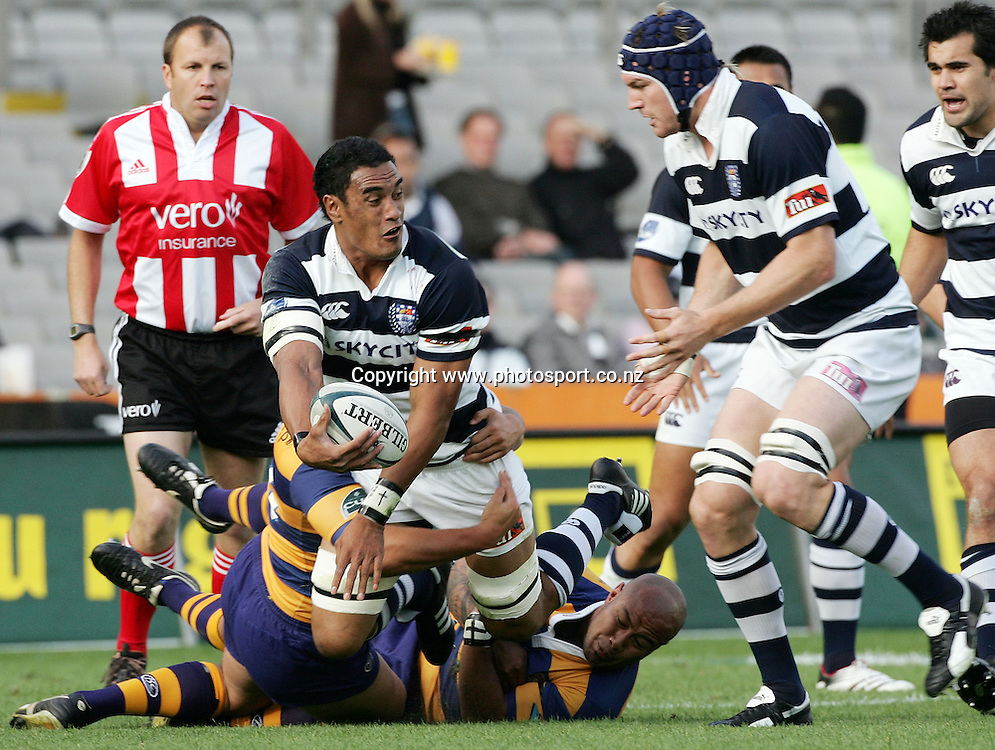Jerome Kaino looks to offload to Ali Williams during the Air NZ Cup rugby match between Auckland and Bay of Plenty at Eden Park, Auckland, New Zealand on 7 October, 2006. Auckland won the match 47 - 14. Photo: Hannah Johnston/PHOTOSPORT<br />