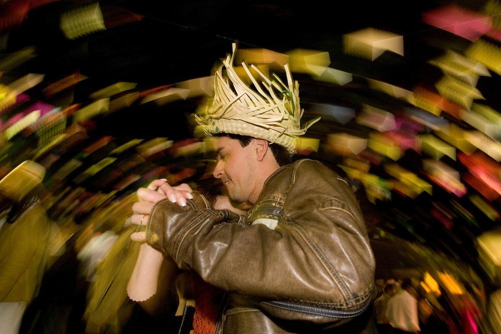 Belo Horizonte_MG, Brasil...Casal dancando em uma festa junina...A couple dancing in a june party...Foto: VICTOR SCHWANER / NITRO
