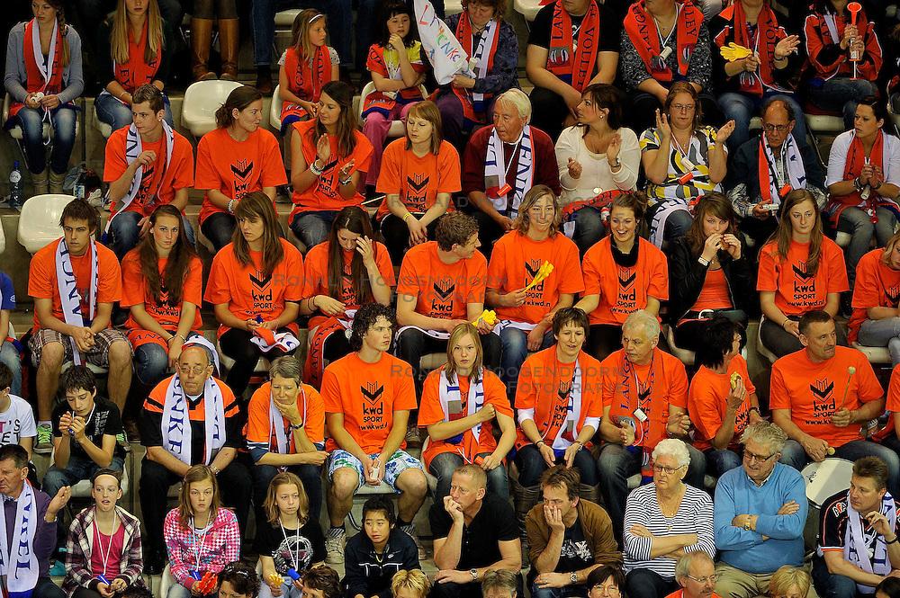 10-04-2011 VOLLEYBAL: BEKERFINALE DRAISMA APELDOORN - LANGHENKEL VOLLEY: ALMERE<br /> Support publiek Langhenkel Volley<br /> &copy;2011 Ronald Hoogendoorn Photography