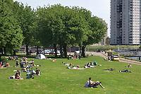 Nederland Rotterdam 24-05-2009 20090524 Foto: David Rozing .                                                                                    .Mensen genieten van zomerweer, zonnen op grasveldje Kralinger Esch                             .People  enjoying sunny weather in parc, citylife, green         .Holland, The Netherlands, dutch, Pays Bas, Europe ..Foto: David Rozing