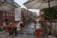 Die Ellerntorsbrücke überspannt das Herrengrabenfleet an der Einmündung der Alten Steinstraße in den Herrengraben und stellte über mehrere Jahrhunderte die direkte Verbindung zwischen Hamburg und Altona dar., Mit rund 2500 Brücken ist Hamburg Spitzenreiter bei den Brücken und wird somit nicht zu unrecht das Venedig des Nordens genannt.