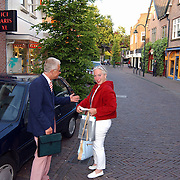 Uitdelen poffertjesbonnen aan winkelend publiek middenstand Laren