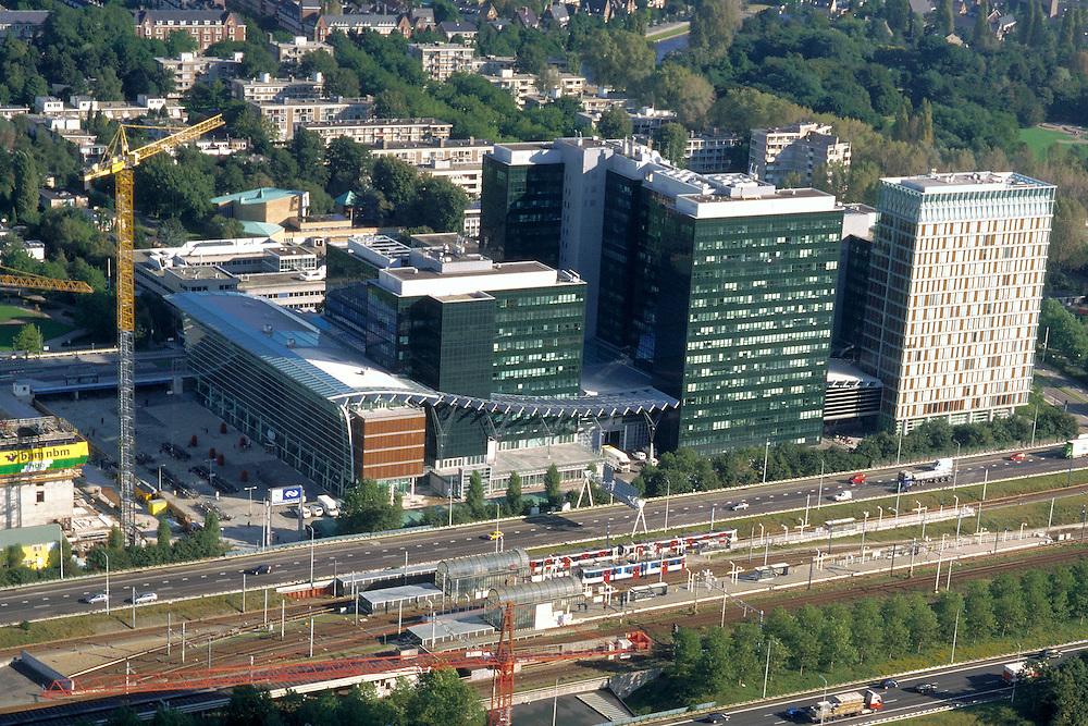 Nederland, Amsterdam, Zuidas, 25-09-2002; ringweg A10 met NS en metro station Zuid-WTC, daarachter het World Trade Centre (WTC) met nieuwe toren (rechts) en bouwplaats verdere uitbreiding (links); bouwen, bouwkraan, bank, verzekeringen, economie, handel, bedrijvigheid, stadsgezicht; zie ook andere foto's van deze lokatie;<br /> luchtfoto (toeslag), aerial photo (additional fee)<br /> foto /photo Siebe Swart