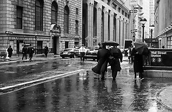 Street life in the rain,  in Manhattan, New York, -Fólk á ferðinni í rigningu í Manhattan í New York